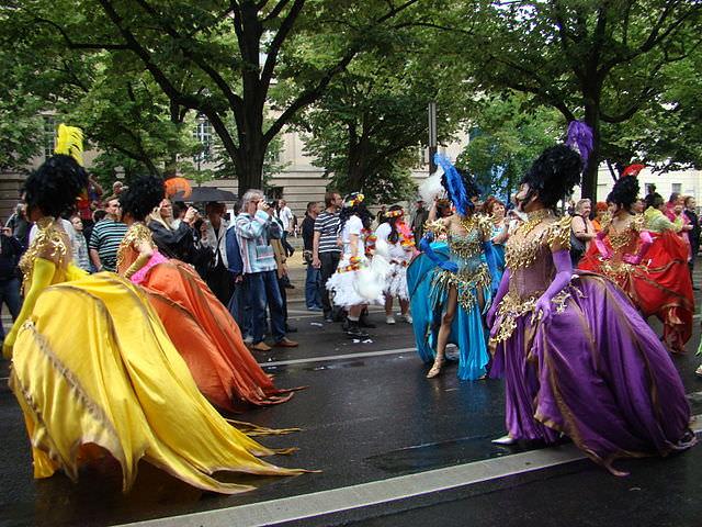 רקדניות במצעד הגאווה