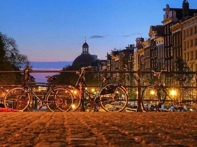 אופניים על גשר מעל אחת התעלות של אמסטרדם
