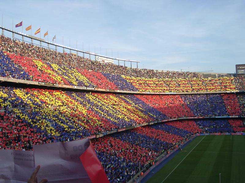 יציע אוהדי בּארסָה באיצטדיון קאמפּ נוֹאוּ בצבעי הקבוצה