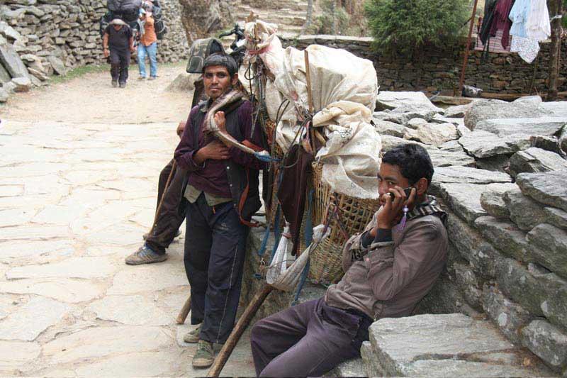 טלפון לכל סבל, טרק אוורסט בייס קמפ, מרץ 2012