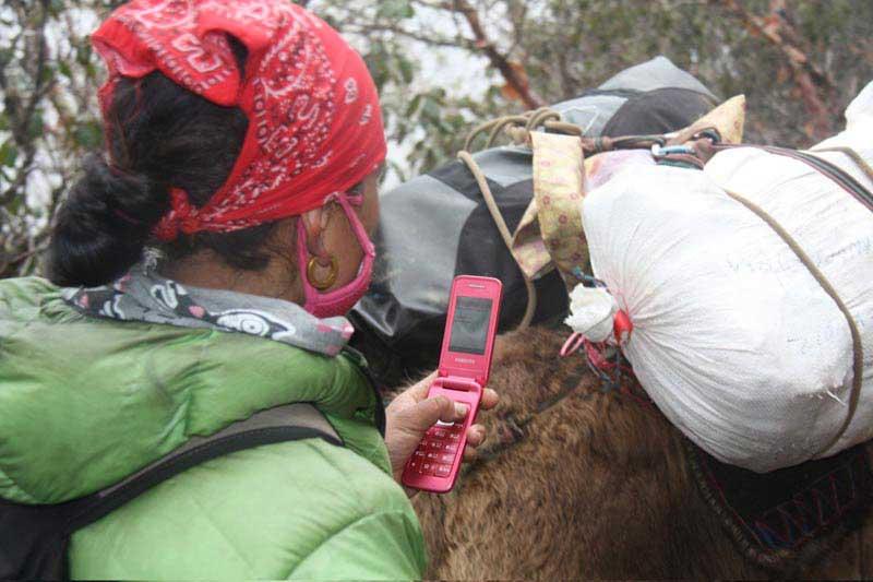 מקומית שדעתה מוסחת מהנאות הטיול, טרק אוורסט בייס קמפ, מרץ 2012