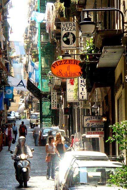 פיצריות ברחוב צדדי בנאפולי