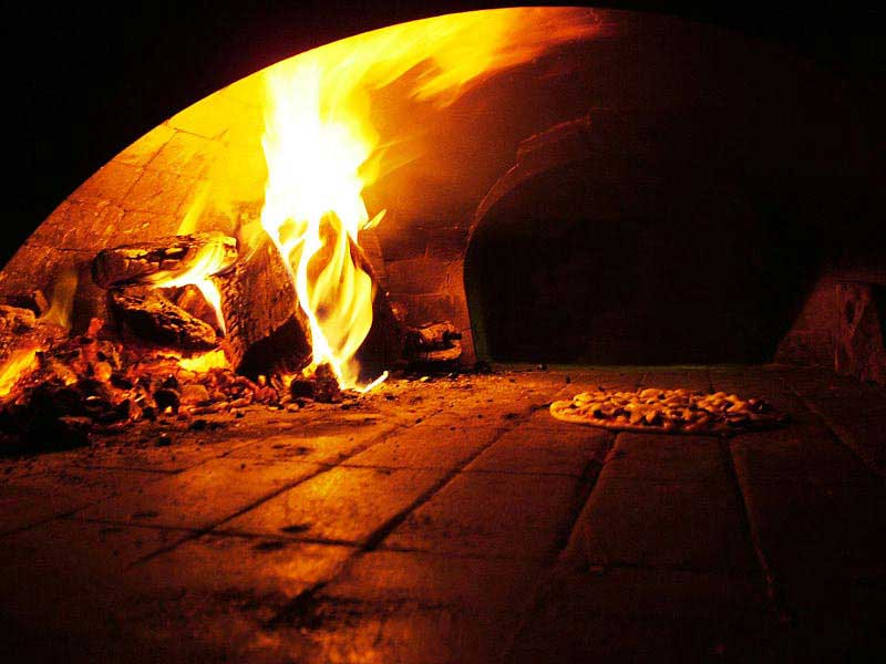 תנור פיצה המוסק בעצים