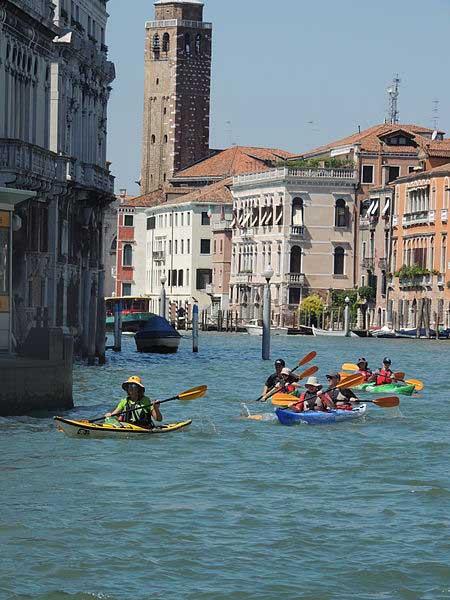 שיט בקיאק בתעלה הגדולה של ונציה