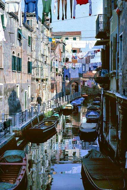 חבלי הכביסה מעל תעלה בוונציה