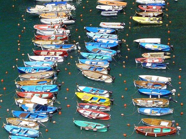 סירות עוגנות בכפר ורנאצה