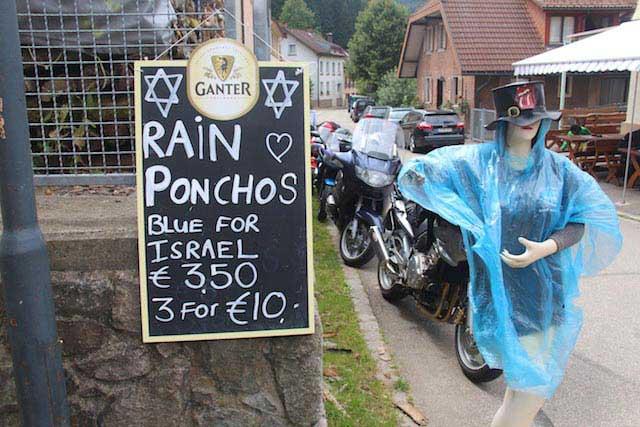 שכמיה נגד גשם. הכחולות לישראלים בלבד